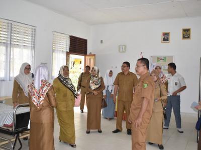 Tim dari Dinas Kesehatan Propinsi Riau di dampingi UPTD Kuantan Mudik bersama Kepala SMA N 1 Kuantan